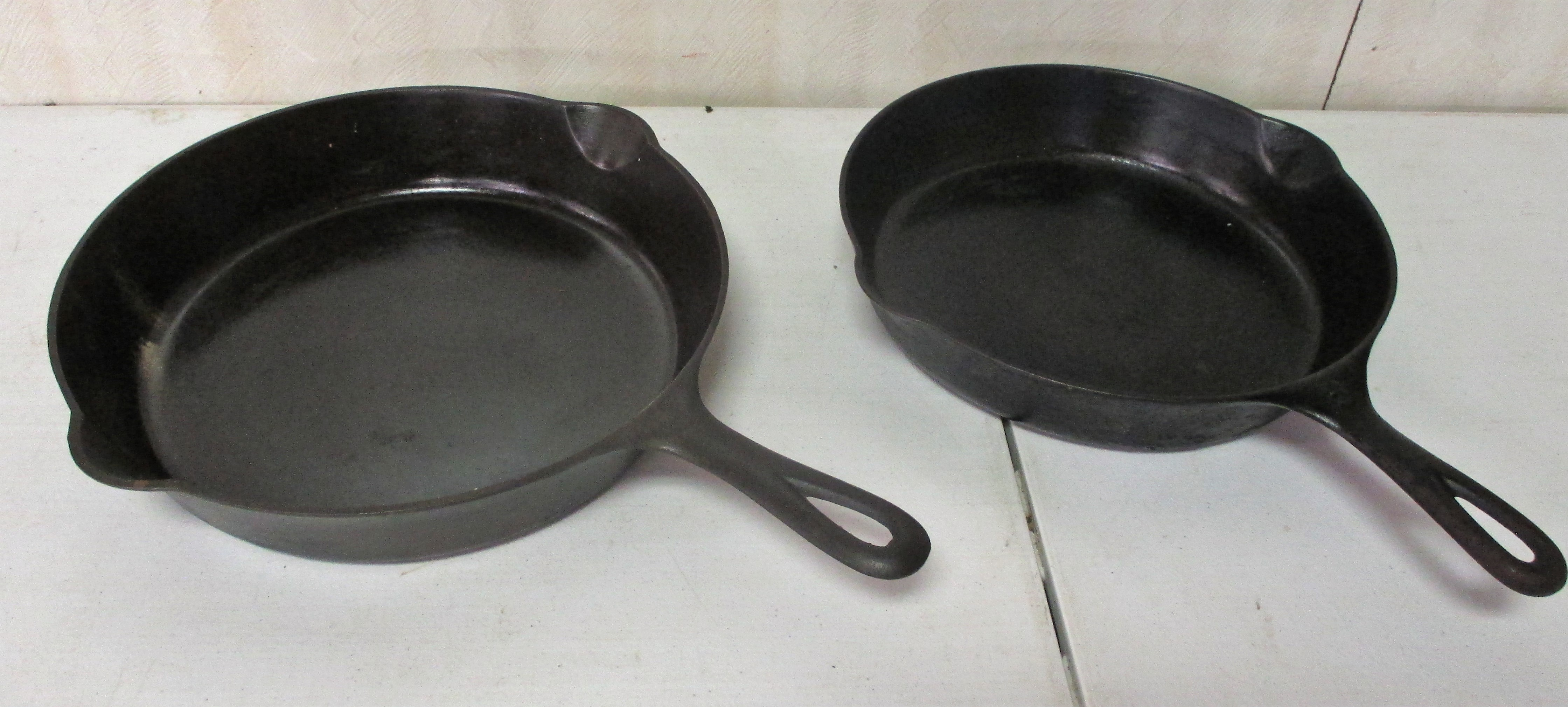 121: #8 And #9 Griswold Skillets